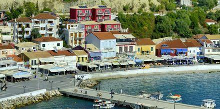 Punainen rakennus on hotelli Acrothea, Parga, Kreikka.