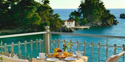 Terassi, jossa aamiainen tarjoillaan. Hotelli Acrothea, Parga, Kreikka.