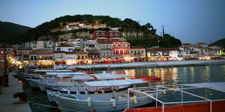 Näkymä satamakadulta kohti hotelli Acrotheaa, Parga, Kreikka.