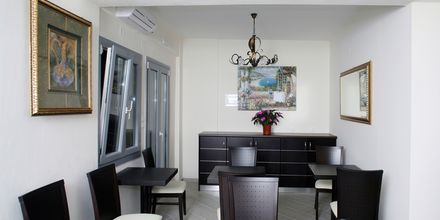 Vastaanoton yhteydessä oleva lounge. Hotelli Acrothea, Parga, Kreikka.