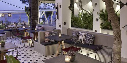 Baari Mesogaia, hotelli Afrodite. Kamari, Santorini, Kreikka.