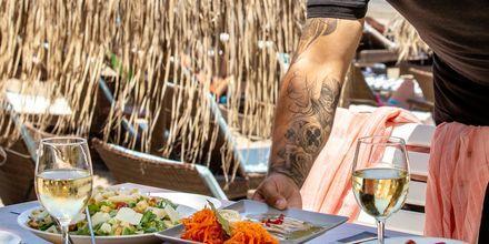 Nauti hyvästä ruuasta lomallasi! Kuva Agia Marinasta Kreetalta.
