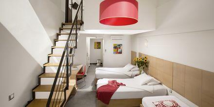 Kaksikerroksinen kahden hengen huone. Hotelli Almyrida Residence, Kreeta.