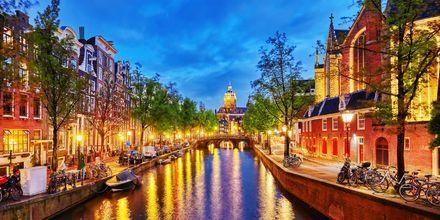 Amsterdamin kanaali illalla.