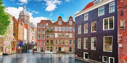 Asuinrakennuksia kanaalin vieressä Amsterdamissa, Hollannissa.