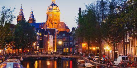 Nauti yöelämästä Amsterdamin kanaalin lähettyvillä Hollannissa.