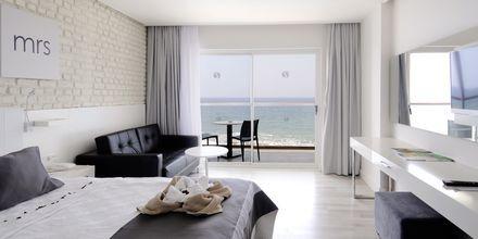 Kahden hengen huone etualalla, hotelli Gold Island. Alanya, Turkki.