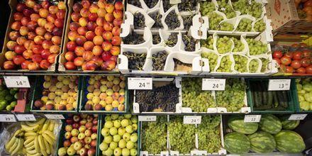 Minimarketin hedelmä- ja vihannes tarjontaa.
