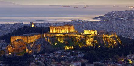 Parthenon ja Akropolis illan hämärässä.