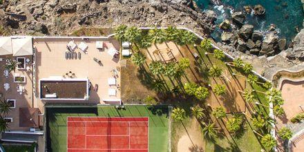 Tenniskenttä ja terassi aamujoogalle.