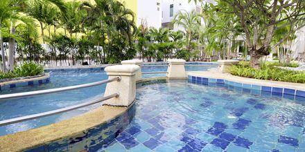 Allasalue, hotelli Baan Karon Buri Resort, Phuket.