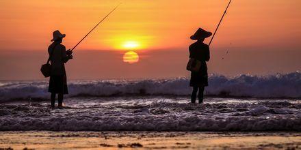 Kalastajia auringonlaskun aikaan. Jimbaran, Bali.