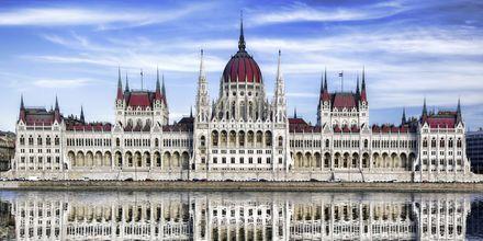 Budapestin parlamenttitalo on suurenmoinen rakennus.