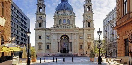 St. Stephen's Basilica on Budapestin korkein rakennus, joka kohoaa 96 metrin korkeuteen.