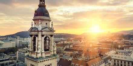 Auringonlasku kattojen yllä Budapestissä.