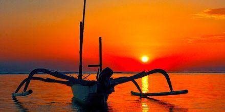 Auringonlasku. Candi Dasa, Bali.