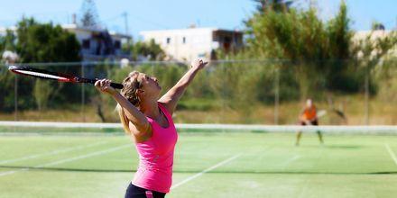 Tenniskenttä, Hotelli Cavo Spada Deluxe & Spa, Kreeta, Kreikka.