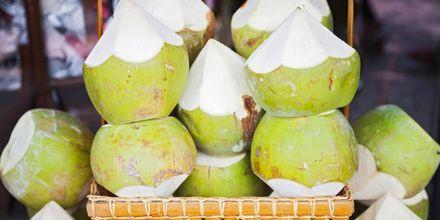 Kookospähkinät sammuttavat janon. Sri Lanka.