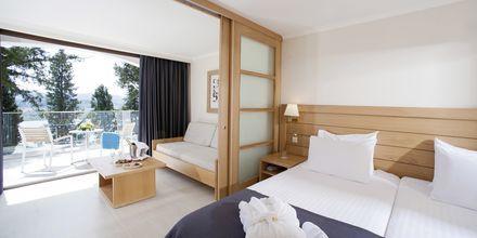 Superior kahden hengen huone bungalowissa, Hotelli Corfu Holiday Palace Kanoni, Korfu.