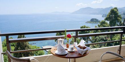 Parveke merinäköalalla, Hotelli Corfu Holiday Palace Kanoni, Korfu.