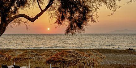 Läheinen ranta. Hotelli Costa Grand Resort & Spa, Kamari, Santorini, Kreikka.