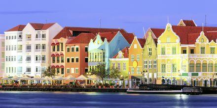 Willemstad illan hämärtyessä – täällä sinua odottavat ravintolat, baarit ja hauskanpito.