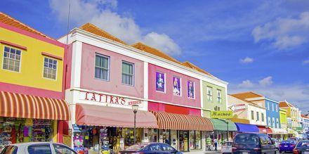 Pääkaupunki Willemstad on tunnettu värikkäistä rakennuksistaan.