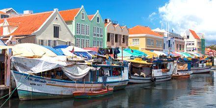 Kelluvat hedelmämarkkinat ovat yksi Curaçaon suosituimmista nähtävyyksistä.