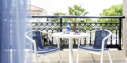 Parveke kahden hengen huoneessa, hotelli Dennys Inn. Kalamaki, Zakynthos, Kreikka.