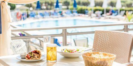 Ravintola, hotelli Dennys Inn. Kalamaki, Zakynthos, Kreikka.