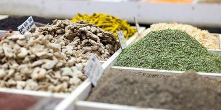 Myytäviä mausteita Souk Wakifissa.
