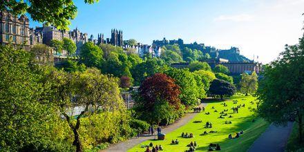 Puisto Edinburghissa uuden ja vanhan kaupungin välissä.