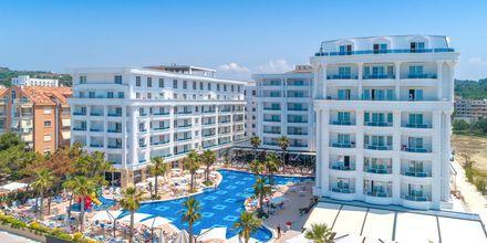 Allasalue. Hotelli Fafa Grand Blue Resort, Durresin Riviera, Albania.