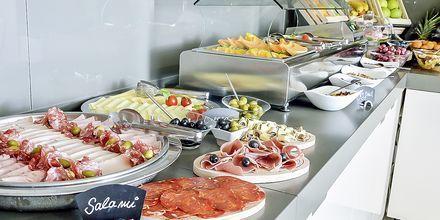 Aamiaispöytä, Hotelli Flora, Tucepi, Kroatia.