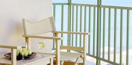 Kahden hengen huone parvekkeella ja merinäköalalla, hotelli Grand Bay Beach Resort, Kreeta, Kreikka.