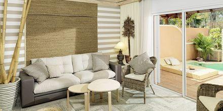 Kolmio omalla altaalla. Hotelli Green Garden Resort, Playa de las Americas, Teneriffa.