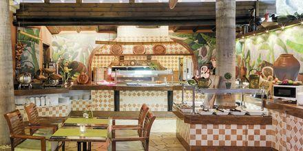 Buffetravintola/allasbaari. Hotelli Green Garden Resort, Playa de las Americas, Teneriffa.