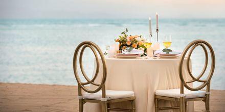Romanttinen illallinen rannalla, hotelli Griya Santrian. Sanur, Bali.