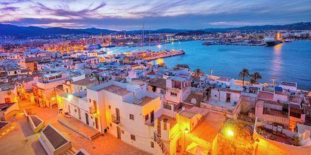 Ibizan satama auringonlaskun aikaan.