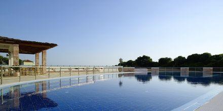 Allas ja snackbaari, hotelli Ionian Theoxenia. Kanali, Kreikka.