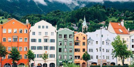 Innsbruck on pittoreski itävaltalaiskaupunki, joka sijaitsee laaksossa vuorten keskellä.