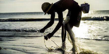 Kalastaja rannalla. Jimbaran, Bali, Indonesia.