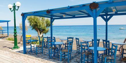 Kamarin rantakadulla on useita ravintoloita.
