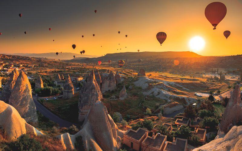 Kuumailmapalloja auringonlaskussa, Kappadokia, Turkki.