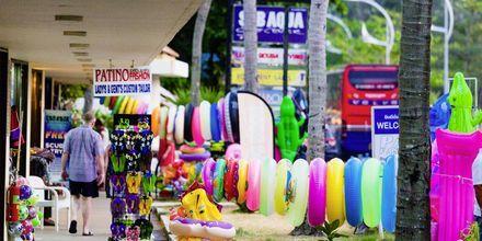 Ostoksilla, Karon Beach, Phuket, Thaimaa.