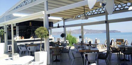 Ravintola Tropicana, joka sijaitsee aivan rannalla. Hotelli Tropicana, Kato Stalos, Kreeta.
