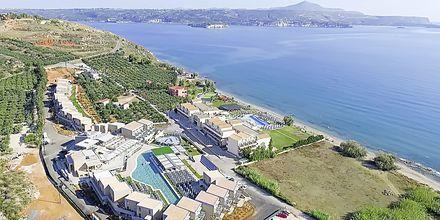 Yläkuva hotellista, jossa näkyy myös uusi allasalue. Hotelli Kiani Beach Resort, Kalives, Kreeta.