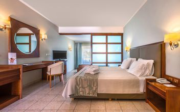 Juniorsviitti liukuovin, hotelli Kipriotis Maris Suites. Kos, Kreikka.