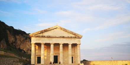 Kaunis Agios Georgioksen kirkko sijaitsee vanhan linnoituksen vierellä Korfun kaupungissa.