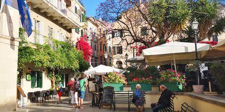 Korfun vanhassa kaupungissa on paljon pieniä toreja ravintoloineen ja kahviloineen.